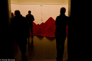 people looking at the Australian red sand at the 15m3 installation at Den Frie